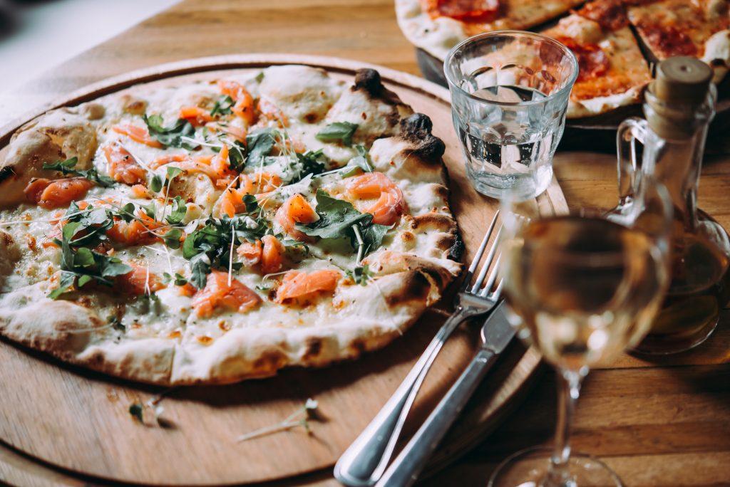 włoska pizza zrukolą iparmezanem
